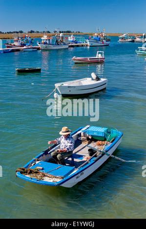 Portugal, der Ost-Algarve, Santa Luzia Angelboote/Fischerboote und Dorf in der Nähe von Tavira