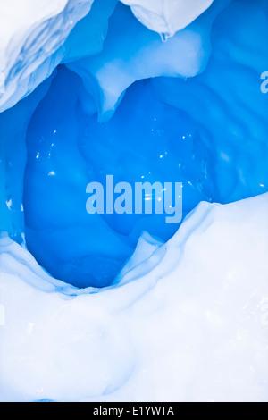 Großen arktischen Eisberg mit einem Hohlraum im Inneren - Stockfoto