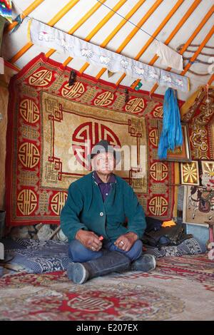 Mongolische Mann, 85 Jahre, in einer traditionellen Jurte, Wüste Gobi, Ömnögovi Provinz, Mongolei - Stockfoto