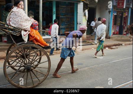 Indien, Westbengalen, Kalkutta, Calcutta, Rikscha auf der Straße - Stockfoto