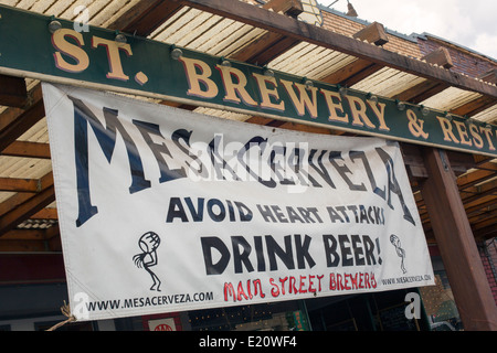 """Cortez, Colorado - ein Zeichen außerhalb der Main Street Brewery, Gasthausbrauerei, rät den Menschen zur """"Vermeidung - Stockfoto"""