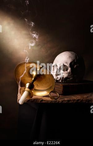 Vanitas mit Schädel & Kerze - Stockfoto