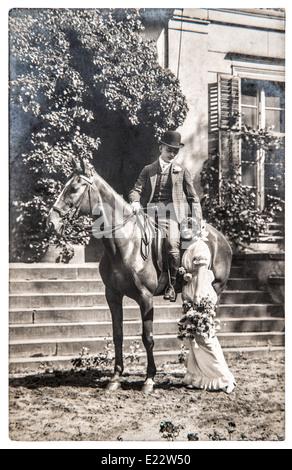 BERLIN, Deutschland - ca. 1916: antikes Foto. Porträt junges Paar Vintage-Kleidung tragen. nostalgisches Bild - Stockfoto