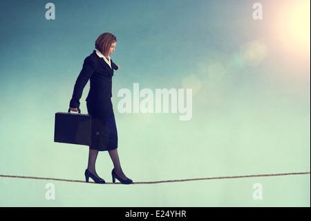 Geschäftsfrau, balancieren auf einem Drahtseil oder highwire - Stockfoto
