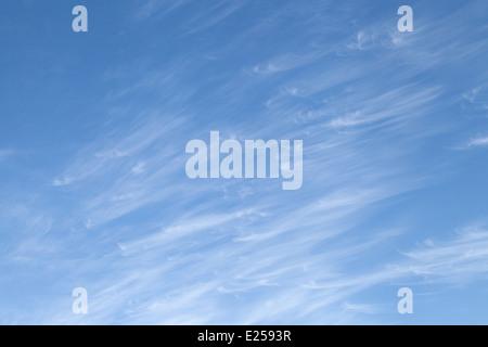 Cirruswolken vor blauem Himmel im Sommer, Dorset, Großbritannien - Stockfoto