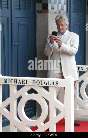 US-Schauspieler Michael Douglas in der Umkleide Strand widmete ihm auf der Promenade des Planches vergraben die - Stockfoto