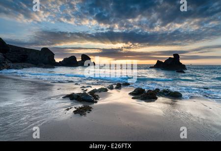 Sonnenuntergang an der Porthcothan Bay, eine Bucht an der Nordküste von Cornwall zwischen Newquay und Padstow - Stockfoto
