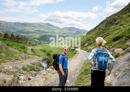 Zwei tausendjährige Wanderer absteigend unteren Hänge des Watkin Pfad in Snowdonia National Park. Cwm Llançà, Gwynedd, - Stockfoto