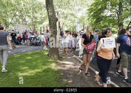 Fast 1.000 Menschen marschierten die zweite jährliche Brooklyn Bridge März und Rallye zu Ende Waffengewalt, 14. - Stockfoto
