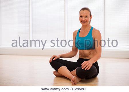 074c620ca7ac3b Frauen tragen Medaillen im park · Porträt von lächelnden Frau trägt  Sport-BH im Fitness-studio - Stockfoto