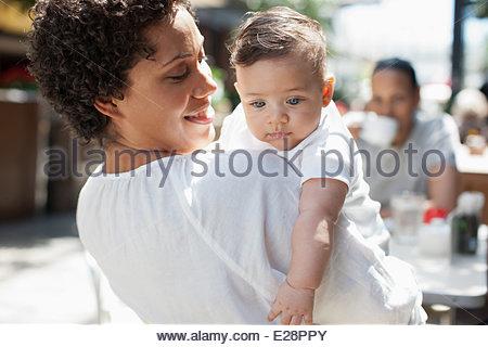 Mutter, Sohn und Freund im Café im freien - Stockfoto