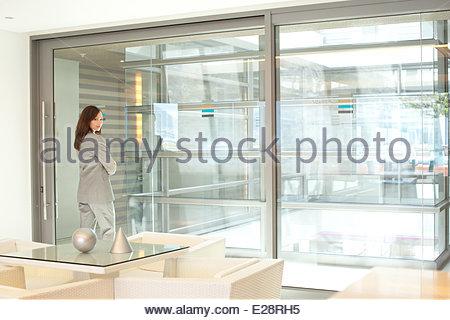 Geschäftsfrau, stehen in der lobby - Stockfoto