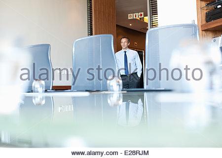 Geschäftsmann in Konferenzraum - Stockfoto