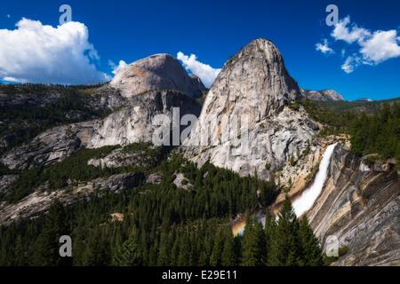 Nevada Fall, halbe Kuppel und Liberty Cap, Yosemite-Nationalpark, Kalifornien USA - Stockfoto