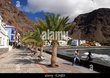 Spanien, Kanarische Inseln, La Gomera, Valle Gran Rey, Playa de Calera Touristen fotografieren an der promenade - Stockfoto