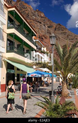 Spanien, Kanarische Inseln, La Gomera, Valle Gran Rey, Playa de Calera, Touristen auf der promenade - Stockfoto