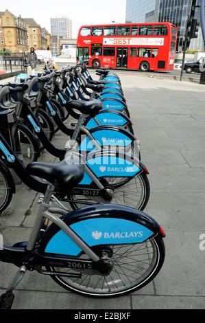 Barclays Rad mieten oder Boris Bikes Fahrrad mit einem vorbeifahrenden Bus, Kreisverkehr Old Street, London Borough - Stockfoto