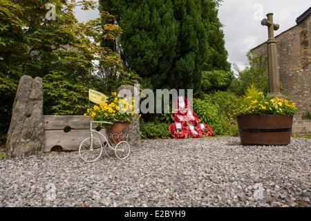 Kleiner, ruhiger Garten mit Stein war Memorial, poppy Kränze, Blumen Pflanzer & Dorf Aktien - Kettlewell, Yorkshire - Stockfoto