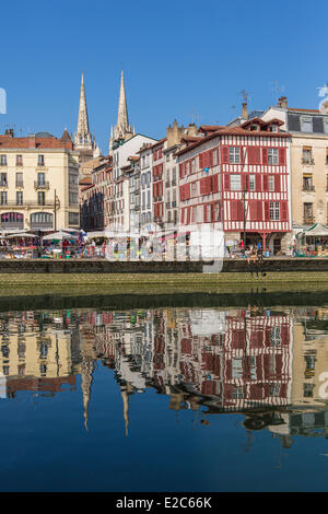 Frankreich, Pyrenees Atlantiques, Bayonne, Quai Amiral Dubourdieu, traditionelle Architektur auf Nive Flussufer - Stockfoto