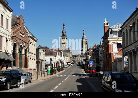 Frankreich, Nord, Le Cateau-Cambrésis, Rue Gambetta, Belfried, das Rathaus und Turm der Stiftskirche St. Martin - Stockfoto