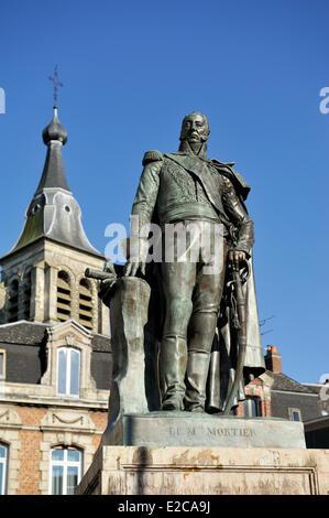 Frankreich, Nord, Le Cateau Cambrésis, Place du General de Gaulle, Marschall Mortier-Statue vor dem Glockenturm - Stockfoto