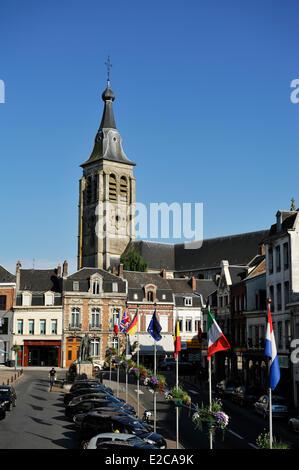 Frankreich, Nord, Le Cateau Cambrésis, Stiftskirche St. Martin, Glockenturm mit Blick auf den Place du General de - Stockfoto