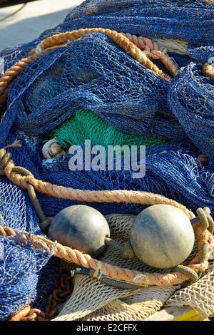 Italien, Sizilien, Trapani, Altstadt, Fischereihafen, Fischernetze inmitten von blauen Schwimmern und Seile - Stockfoto