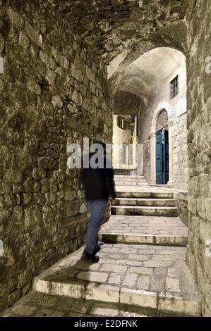 Kroatien Dalmatien dalmatinische Küste Sibenik gewölbten Durchgang in einer Gasse mit Treppe - Stockfoto
