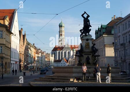 Deutschland, Bayern, Augsburg, Maximilianstraße, Sankt Ulrich und Afra Kirche und Herkules-Brunnen - Stockfoto