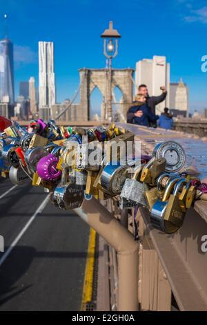 USA New York Liebe Schlösser an Brooklyn Brücke Süd-Manhattan im Hintergrund - Stockfoto