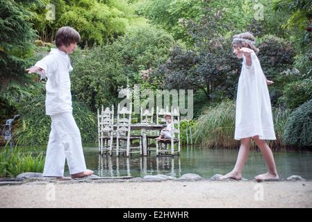 Kinder spielen im freien Make-Believe - Stockfoto