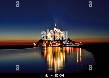 Frankreich, Normandie: Le Mont Saint-Michel bei Nacht