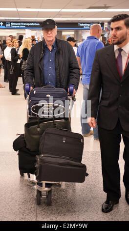 Sir Michael Caine, seine Frau Shakira Caine und ihre Familie kommen am Miami International Airport mit: Sir Michael - Stockfoto