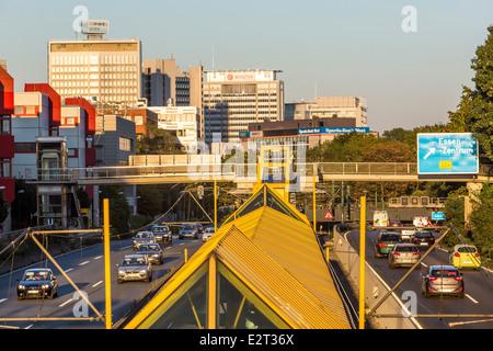 Tunnel von der A40, Ruhr Expressway Autobahn, in der Stadt Essen. Hochhaus-Skyline der Innenstadt. City-Bahn, U - Stockfoto