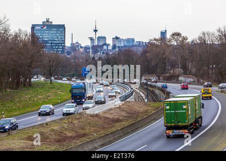 Tunnel von der A40, Ruhr Expressway Autobahn, in der Stadt Mülheim / Ruhr. Hochhaus-Skyline der Innenstadt von Essen. - Stockfoto
