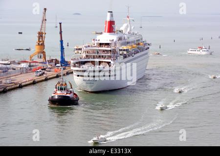 Passagiere an Deck des Kreuzfahrtschiffes Boudicca von Fred Olsen Lines werden mit dem Schlepper zur Geburt für - Stockfoto