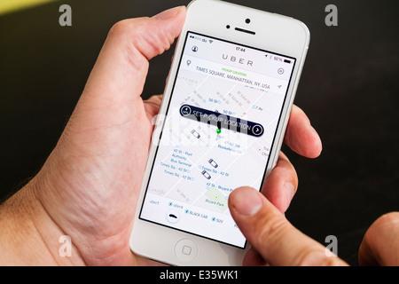 Detail der Uber-Taxi-Buchungs-app zeigt Abholstellen in New York City auf Iphone Smartphone - Stockfoto