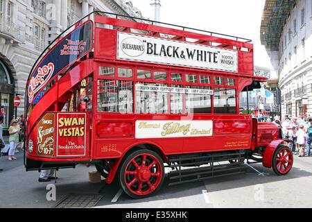 London, UK. 22. Juni 2014. Jahr der Bus Kavalkade in der Regent Street, London feiert die Rolle Busse in bewegen - Stockfoto