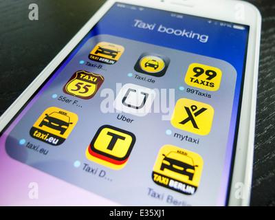 Detail der iPhone-Bildschirm mit vielen mobilen apps für die Buchung von taxis - Stockfoto