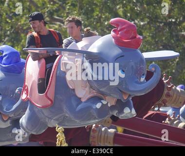 Verbringen Sie Zeit mit ihren Kindern im Disneyland, David und Victoria Beckham. Die berühmte Familie verbrachte viel Zeit im Fantasyland, Reiten die Dumbo-Fahrt, ein Karussell und eine Kindereisenbahn. Kleine Harper entdeckt wurde, genießen eine Karussellfahrt mit ihrem Bruder