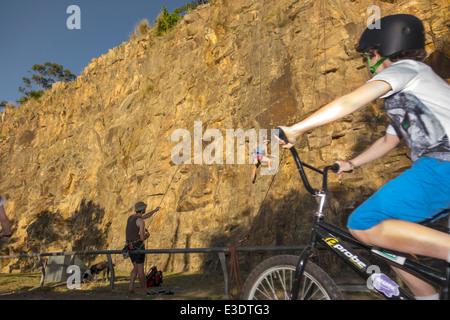 Brisbane Australien Queensland Kangaroo Point Cliffs Graf White Park Mann rock climbing Linie Seil Biker Boy Sicherheit - Stockfoto
