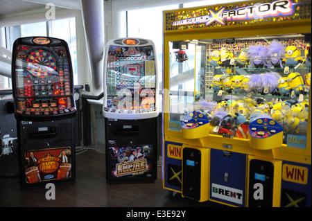 """Arcade-Spielautomaten Slot und Münze betriebenen """"Grabber"""" Unterhaltung-Maschine am Flughafen Bristol, UK - Stockfoto"""