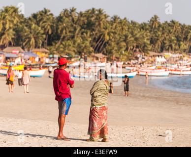 Indischer Mann und Frau stehen auf Palolem Beach sprechen in Goa, Canacona, Indien - Stockfoto