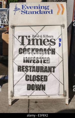 Zeitung-Plakat 'Kakerlake befallen Restaurant geschlossen' zu sagen - Stockfoto