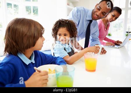 Familie frühstücken In der Küche vor der Schule und Arbeit - Stockfoto