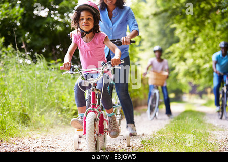 Multi Generation afroamerikanische Familie auf Radtour - Stockfoto
