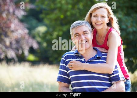Romantische applying paar In Landschaft wandern - Stockfoto