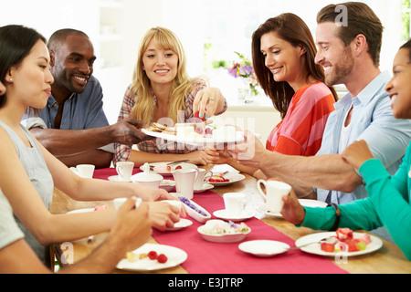 Gruppe von Freunden, Käse und Kaffee Dinner-Party - Stockfoto