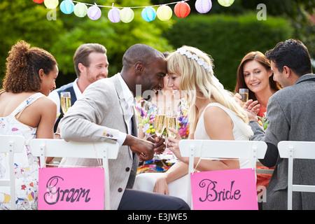Braut und Bräutigam genießen Mahlzeit bei Hochzeitsfeier - Stockfoto
