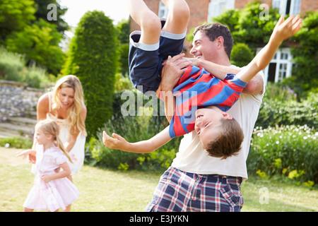 Familie Spaß spielen im Garten - Stockfoto